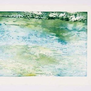 Wasserfläche nach oben von einem Ufer begrenzt